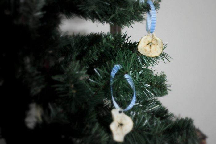 DIY Christmas Decoration with Apples | www.realthekitchenandbeyond.com