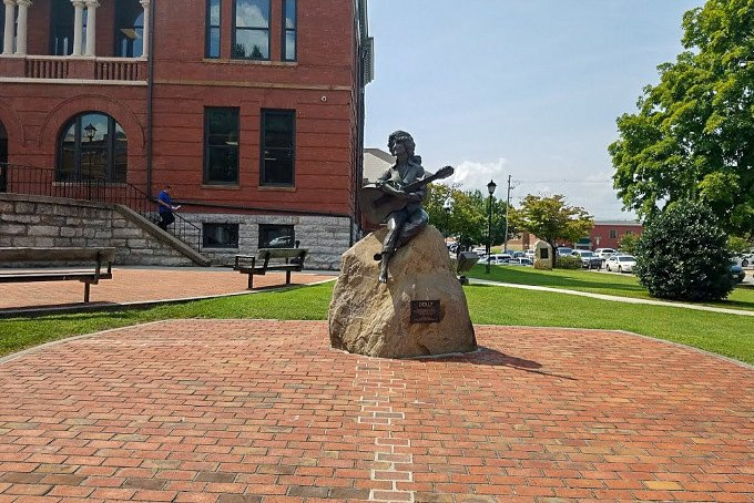 Sevierville Tennessee Courthouse Dolly Parton Statue